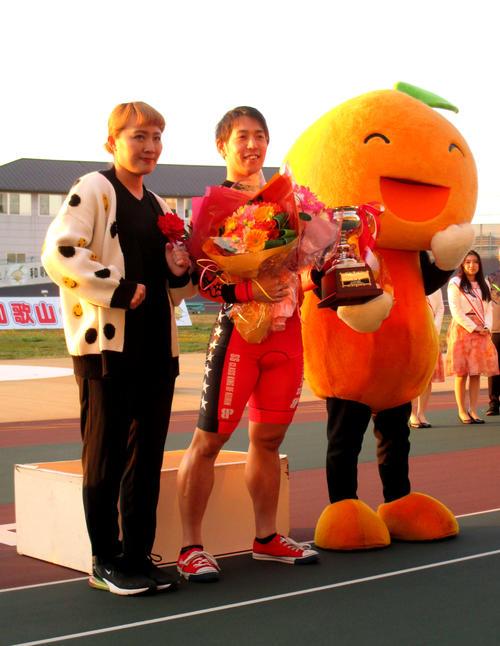 元なでしこジャパンの丸山桂里奈(左)と笑顔を見せる松浦悠士(撮影・江崎禎紀)