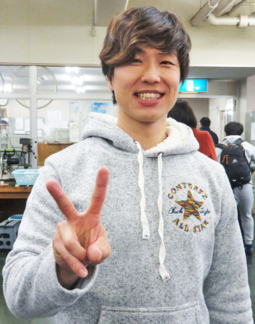 通算200勝の「2」を兼ねたピースサインで笑顔を見せる守沢太志