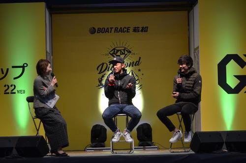 若松ボート場でトークショーを行った今宮健太選手(中)と周東佑京選手(右)