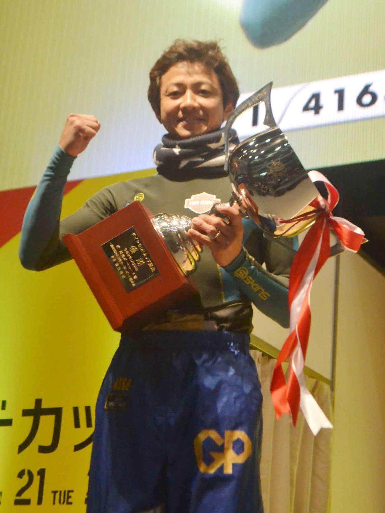 イン逃げで優勝した石野貴之はトロフィーを手に笑顔を見せる