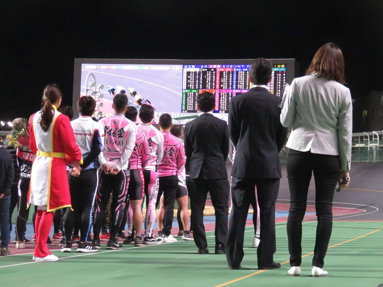 引退セレモニーで大型スクリーンに高橋大作氏(右から2人目)のレースVTRが映された