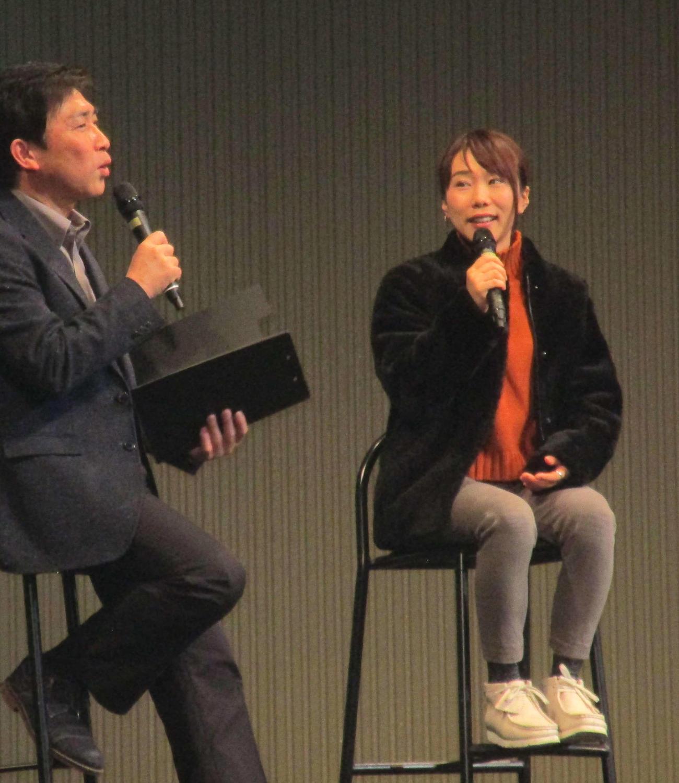 宮島ボートでトークショーを行う今井美亜(撮影・奈島宏樹)