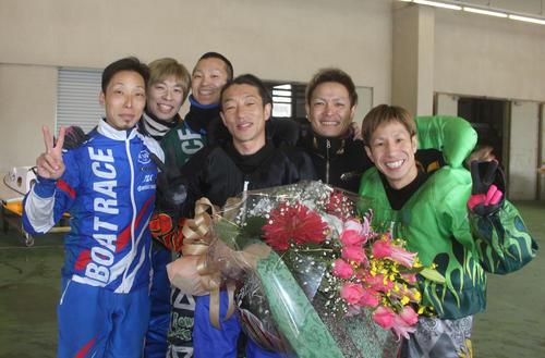 引退を表明した原田富士男(左から4番目)。左から川上剛、乙藤智史、西山貴浩、池永太、水摩敦(撮影・中牟田康)