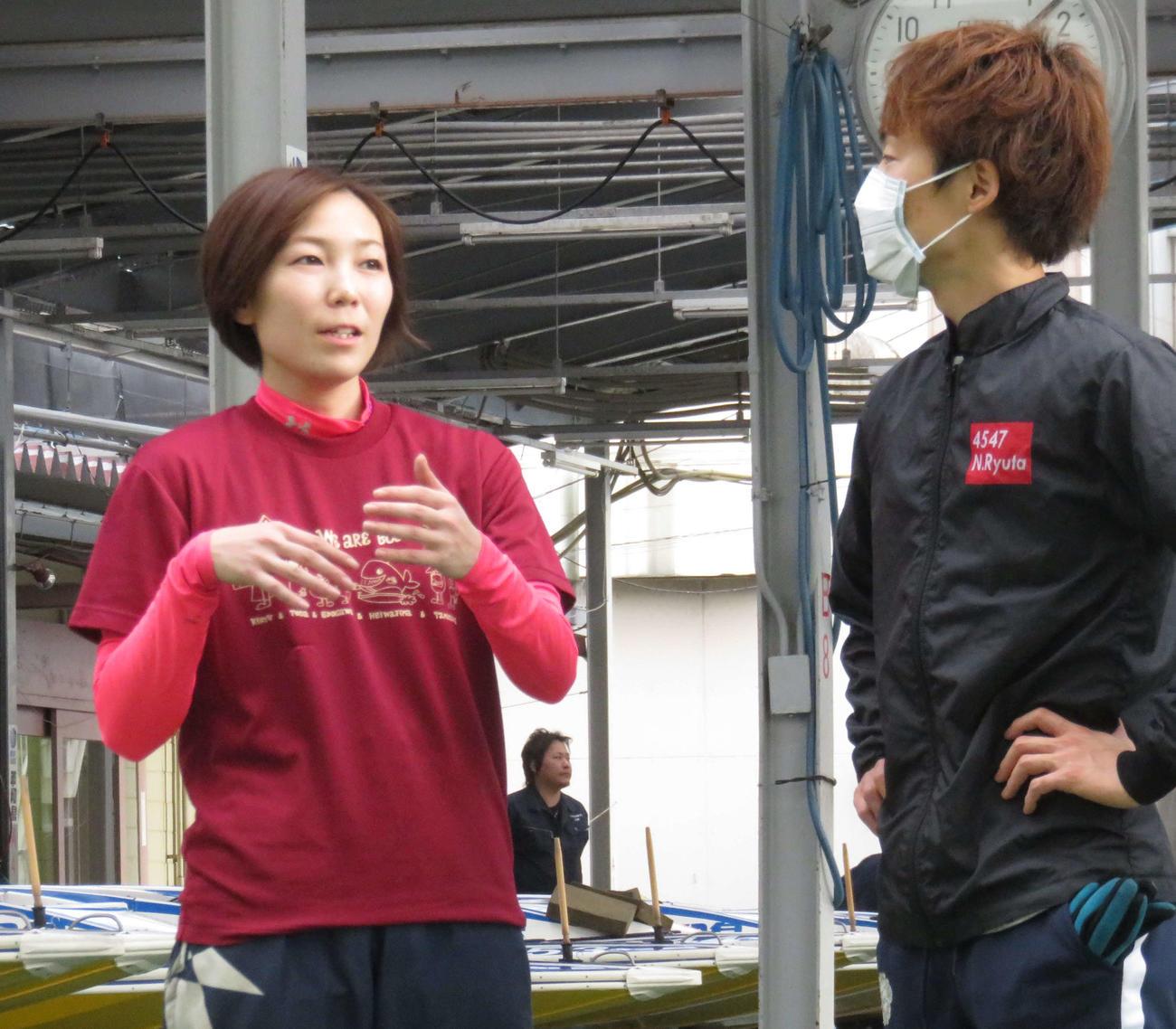 清埜翔子(左)が中田竜太にアドバイスを求める