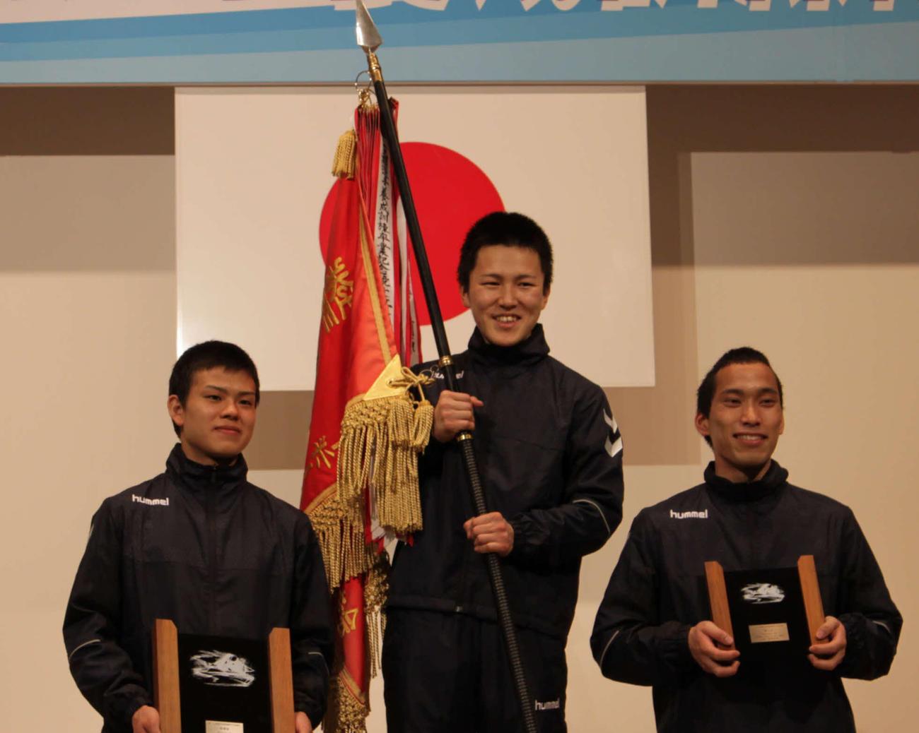 優勝した常住蓮(中央)は優勝旗を手に笑顔。左は2着の大場恒季、右は3着の大沢風葵(撮影・坂中昭子)