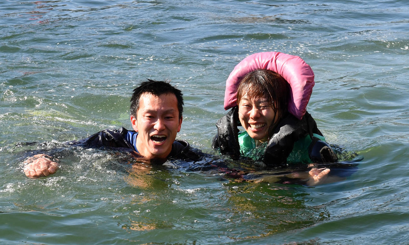 1R予選で1着の今井美亜は、水神祭で仲間から投げ込まれた。左は一緒に飛び込んだ西山貴浩(撮影・柴田隆二)