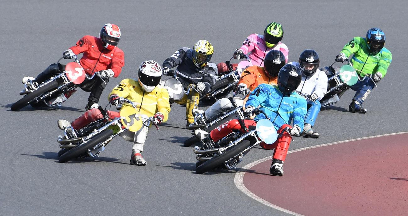 準決10Rでスタートから一気に飛び出し先頭を走る荒尾聡(手前右)