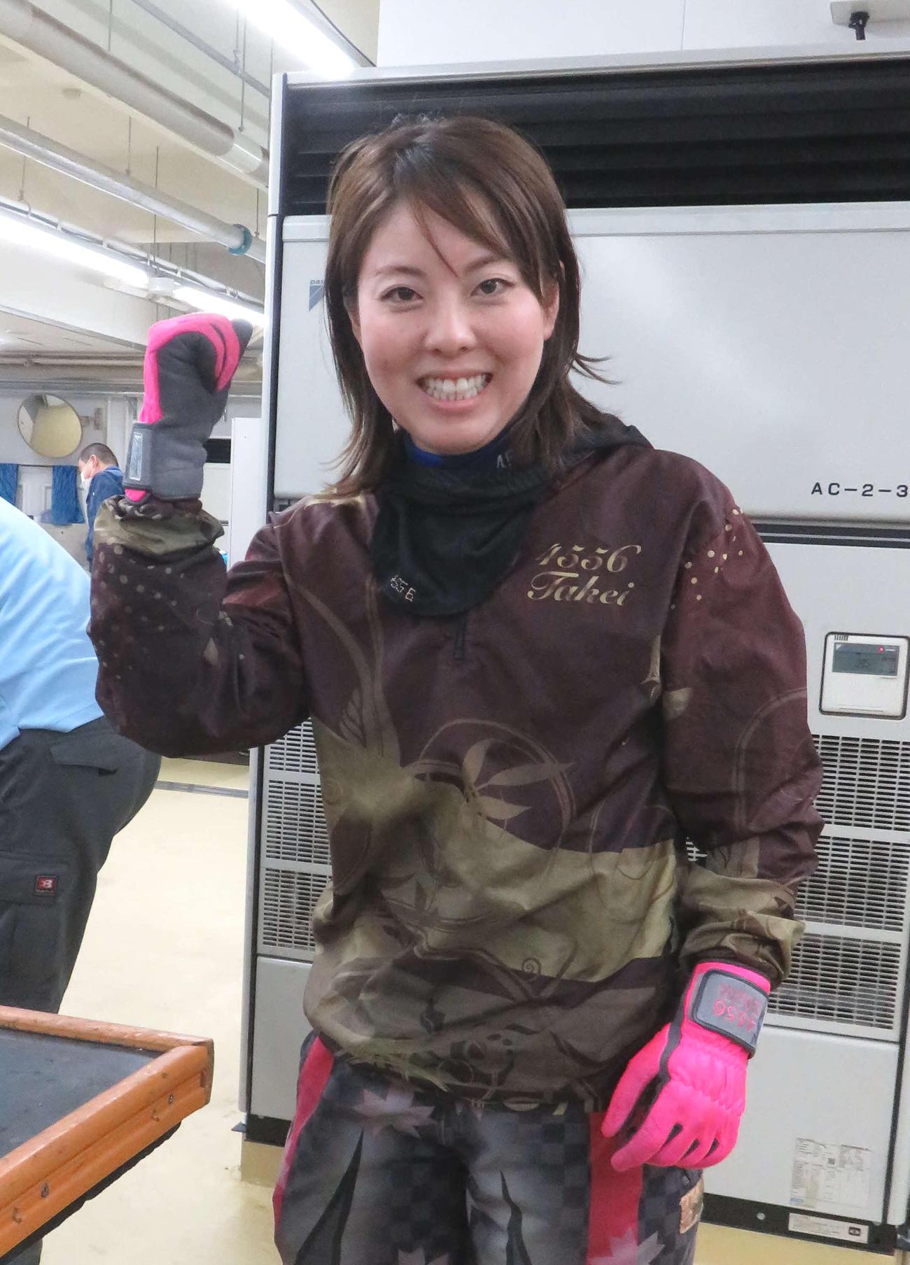 約1年5カ月ぶりに優勝した竹井奈美がガッツポーズする