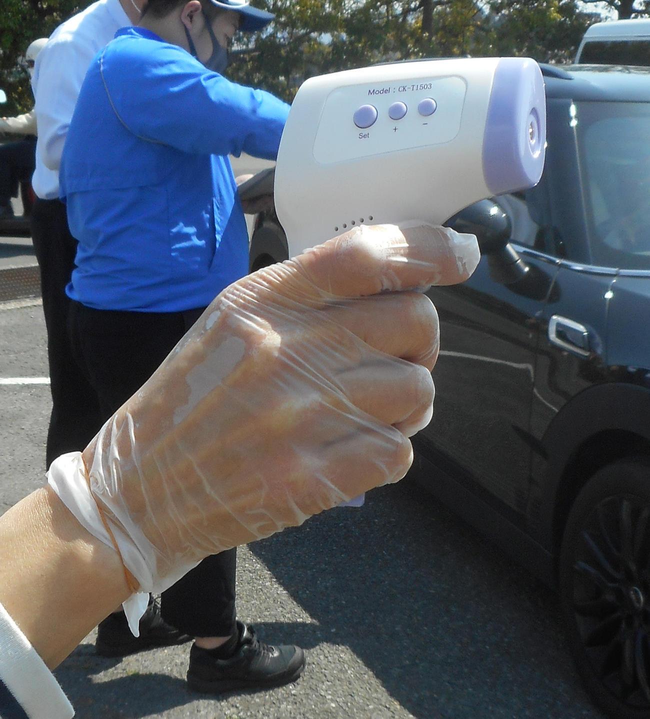 奈良競輪場で検温に使われた非接触式体温計(撮影・岡田晋)