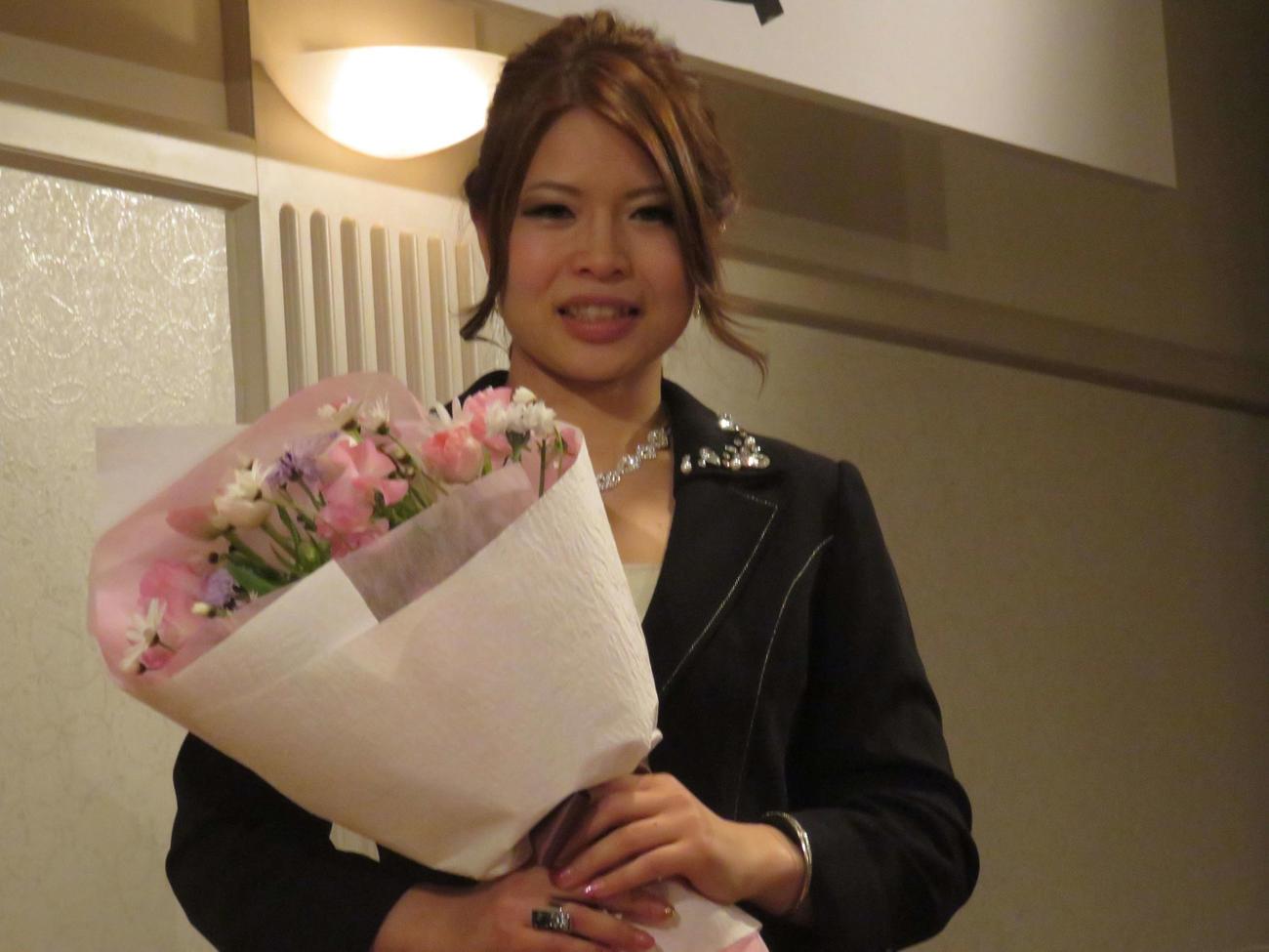 17年ガールズグランプリ優勝祝勝会で花束を手にする石井(撮影・山本幸史)