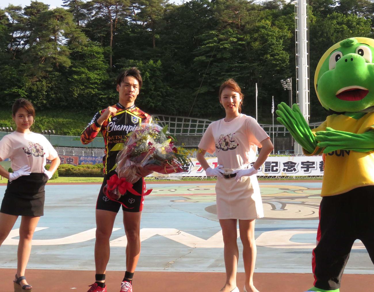 宇都宮競輪 浅井康太(左から2人目)が表彰式でガッツポーズする