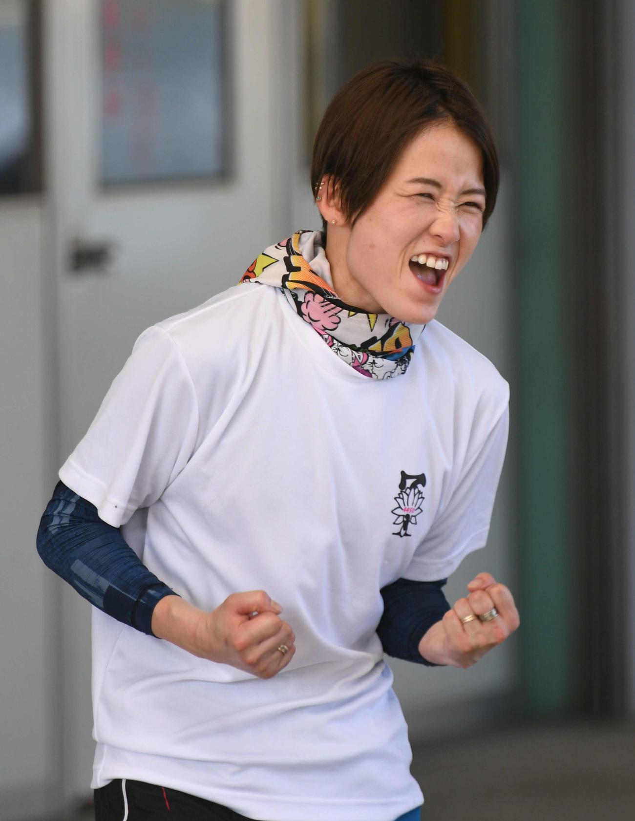 4Rを制しガッツポーズの平高奈菜(撮影・渦原淳)