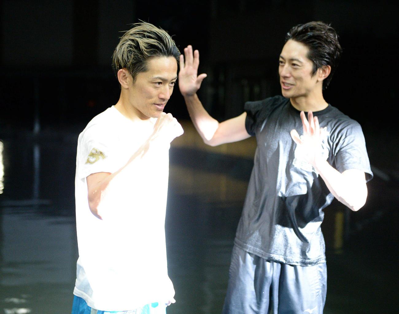 篠崎仁志(左)を祝福する兄元志(撮影・渦原淳
