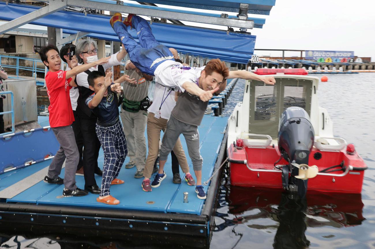優勝した徳増秀樹は水神祭で菊地孝平(左から4人目)らに水面に投げ込まれる(撮影・加藤孝規)