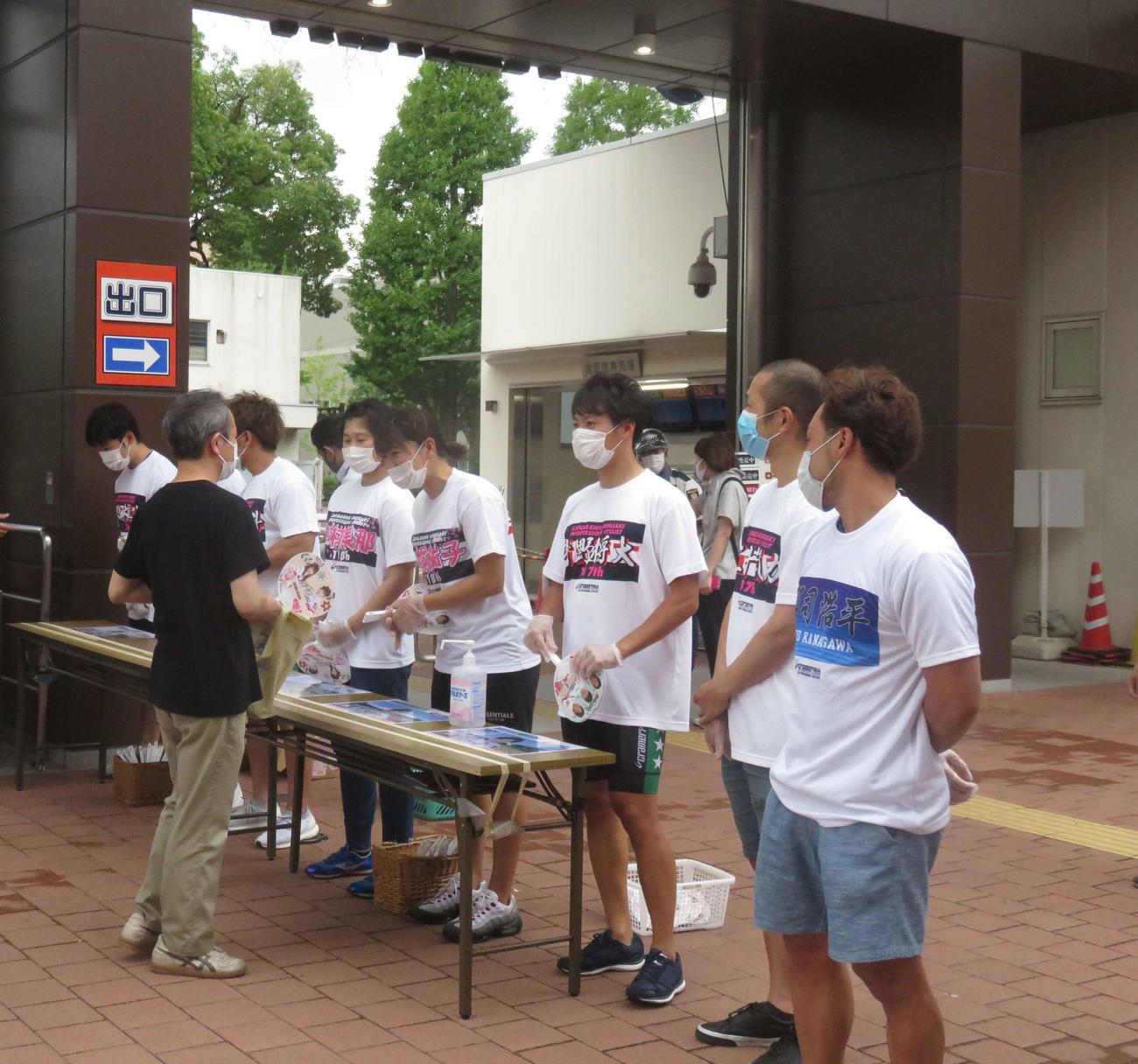ファンを出迎える郡司浩平(右端)ら川崎所属選手