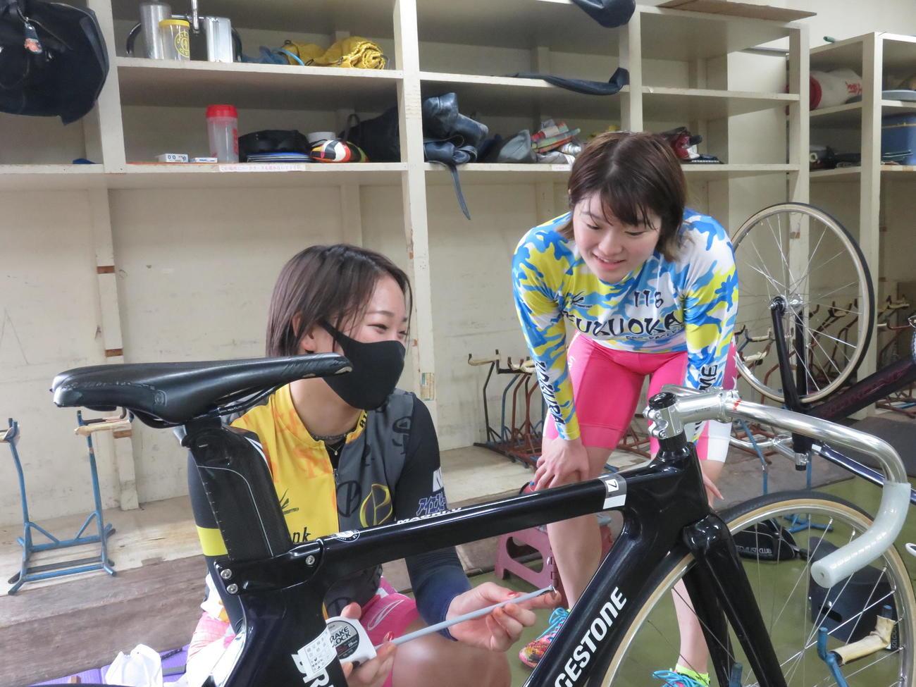内村舞織(左)の自転車を見ながら助言をする尾方真生