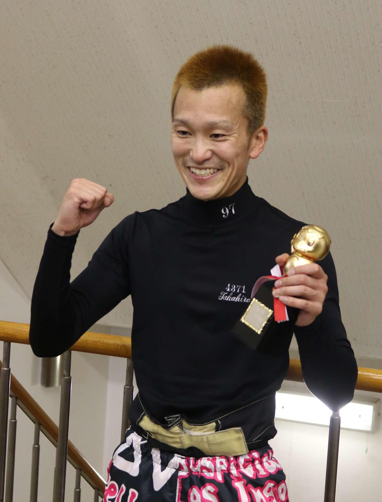 大村に続く連続Vを達成した西山貴浩は笑顔でガッツポーズ