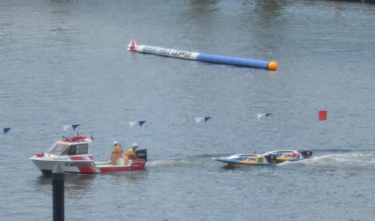 落水した3号艇と5号艇のボートが救助艇によりえい航される