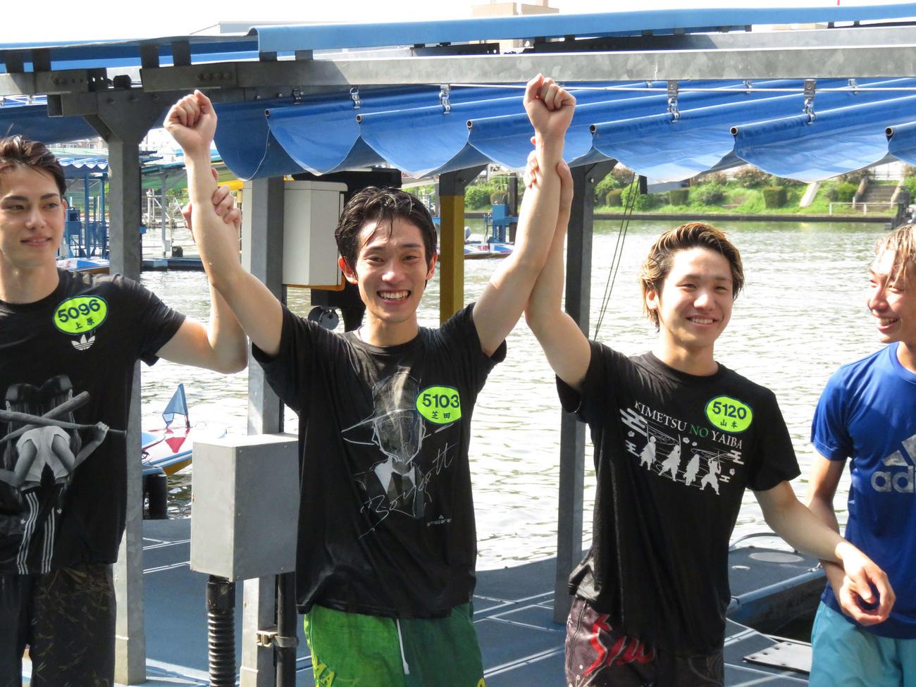 同期から初勝利の祝福を受ける芝田京介(中央)