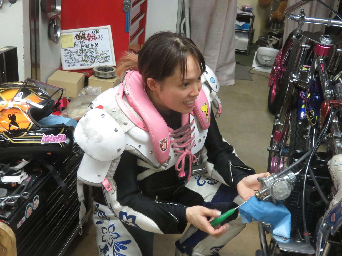 レース後すぐに整備に取りかかった佐藤摩弥