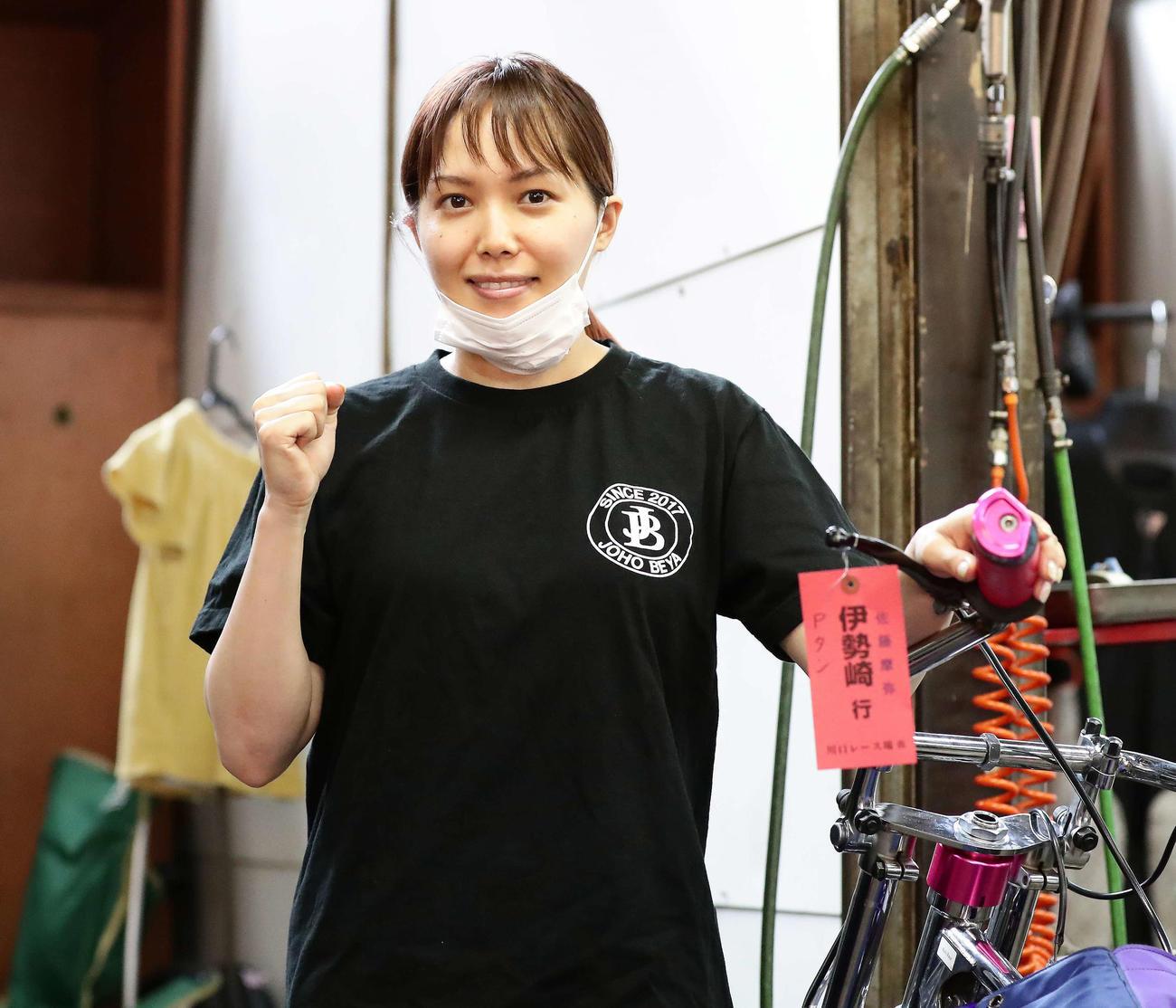 カメラに向かってガッツポーズを決める佐藤摩弥(撮影・丹羽敏通)