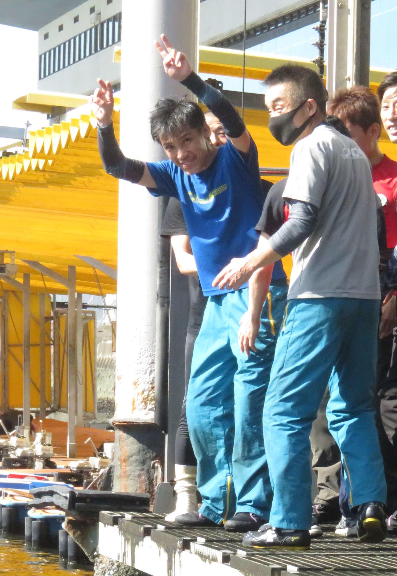 通算1000勝を達成した渡辺豊は、水神祭を前にカメラに向けてピースサイン