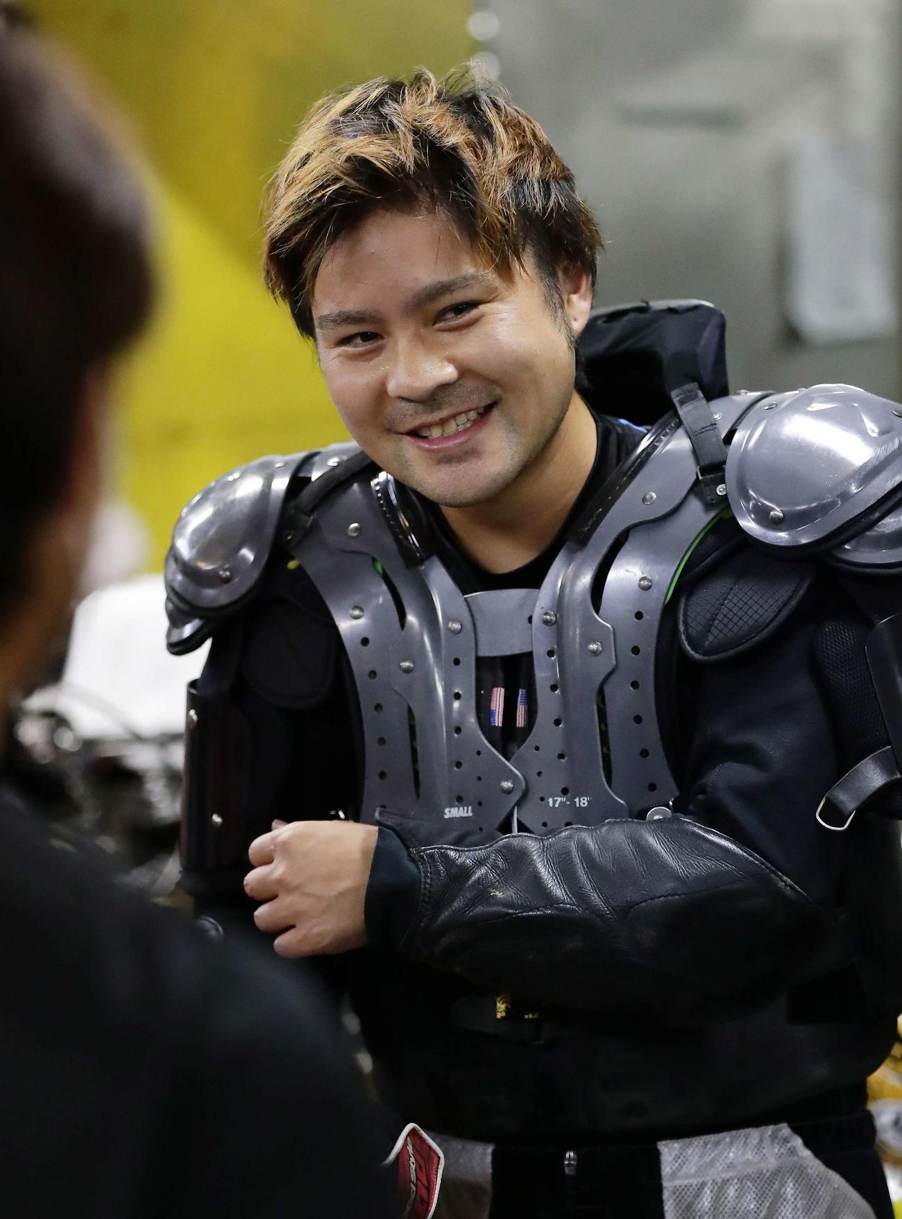 2日目7Rを勝利して仲間の祝福に笑顔の吉原恭佑(撮影・丹羽敏通)