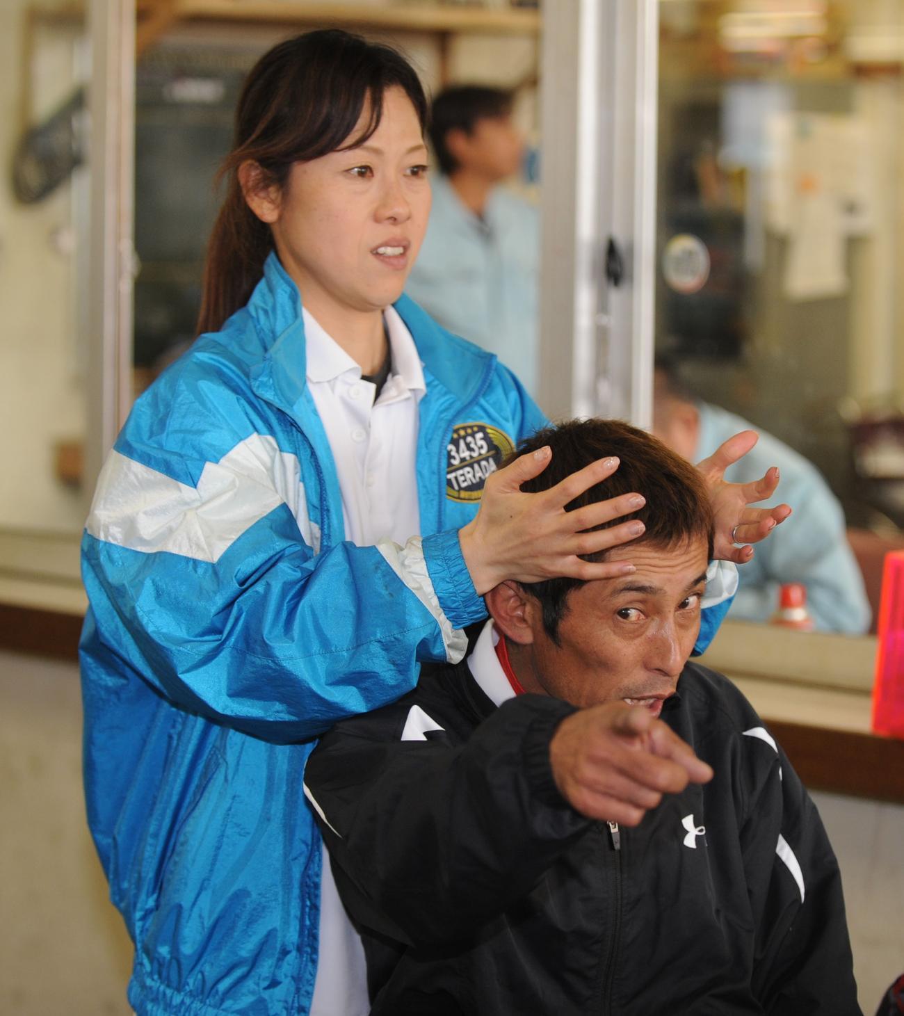 寺田千恵(左)から頭のマッサージをしてもらう今村豊は「(いじめてるみたいだから)撮らないで!」と指をさす(10年11月22日)
