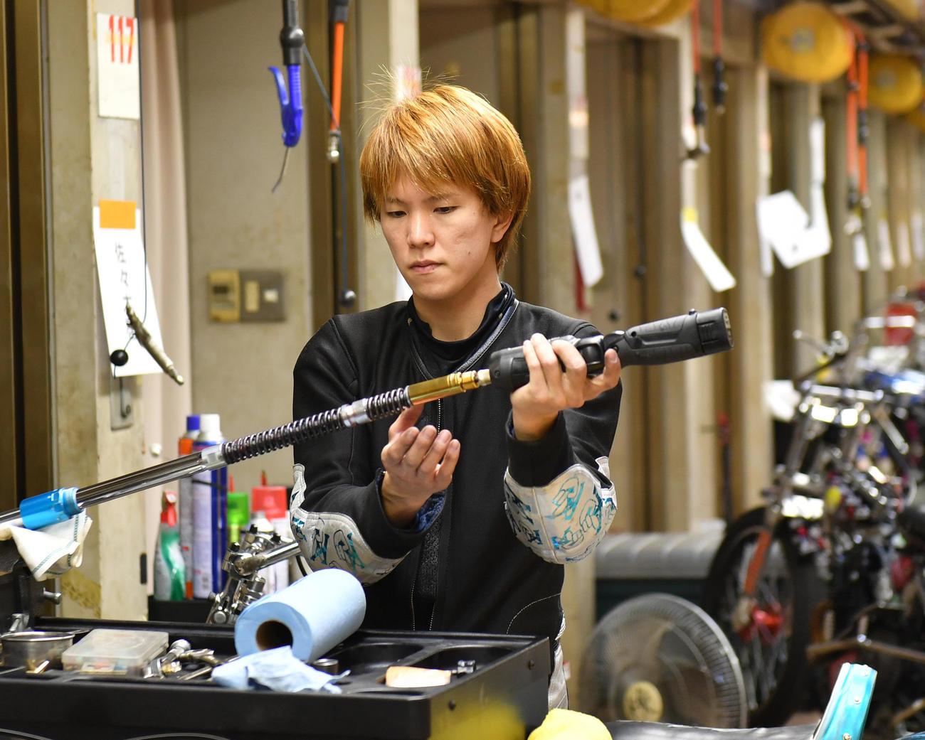 前検でマシンの整備をする鈴木圭一郎(撮影・柴田隆二)