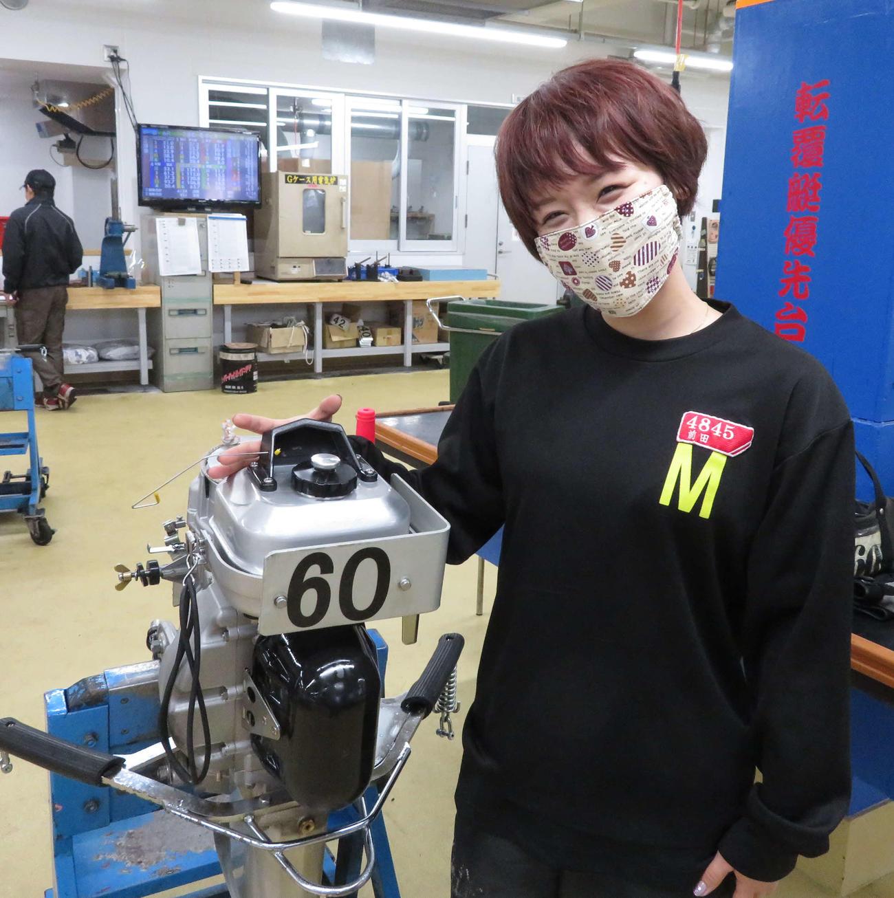 前田紗希はタッグを組む60号機をなでなで
