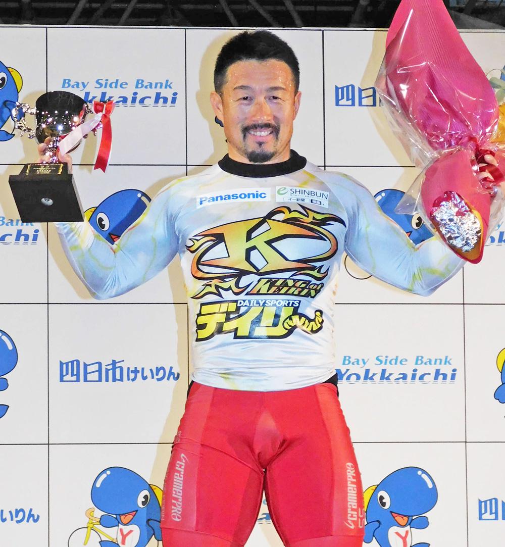 表彰式で笑顔を見せる佐藤慎太郎