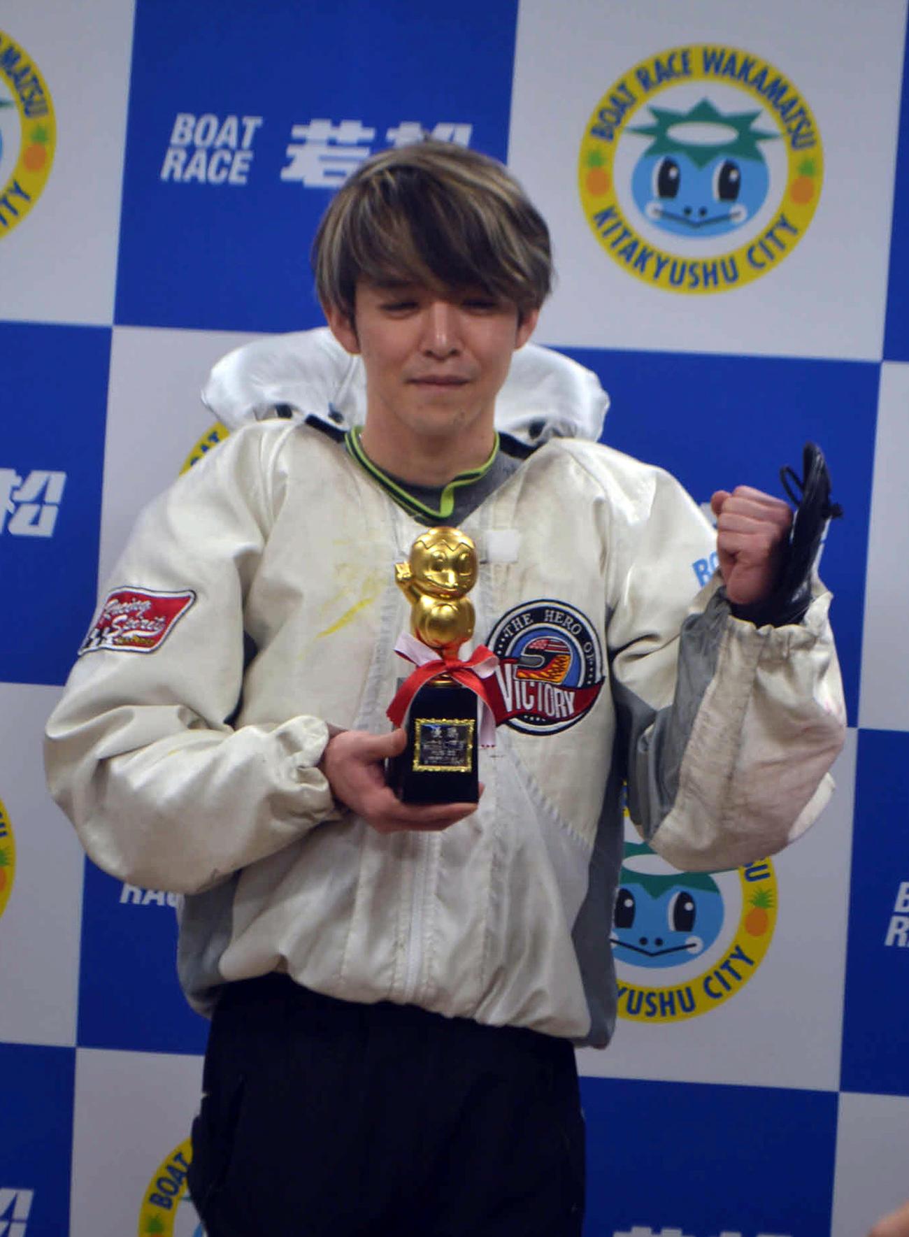 高倉和士が逃げて今年初優勝を決め、トロフィーを手にガッツポーズを見せた