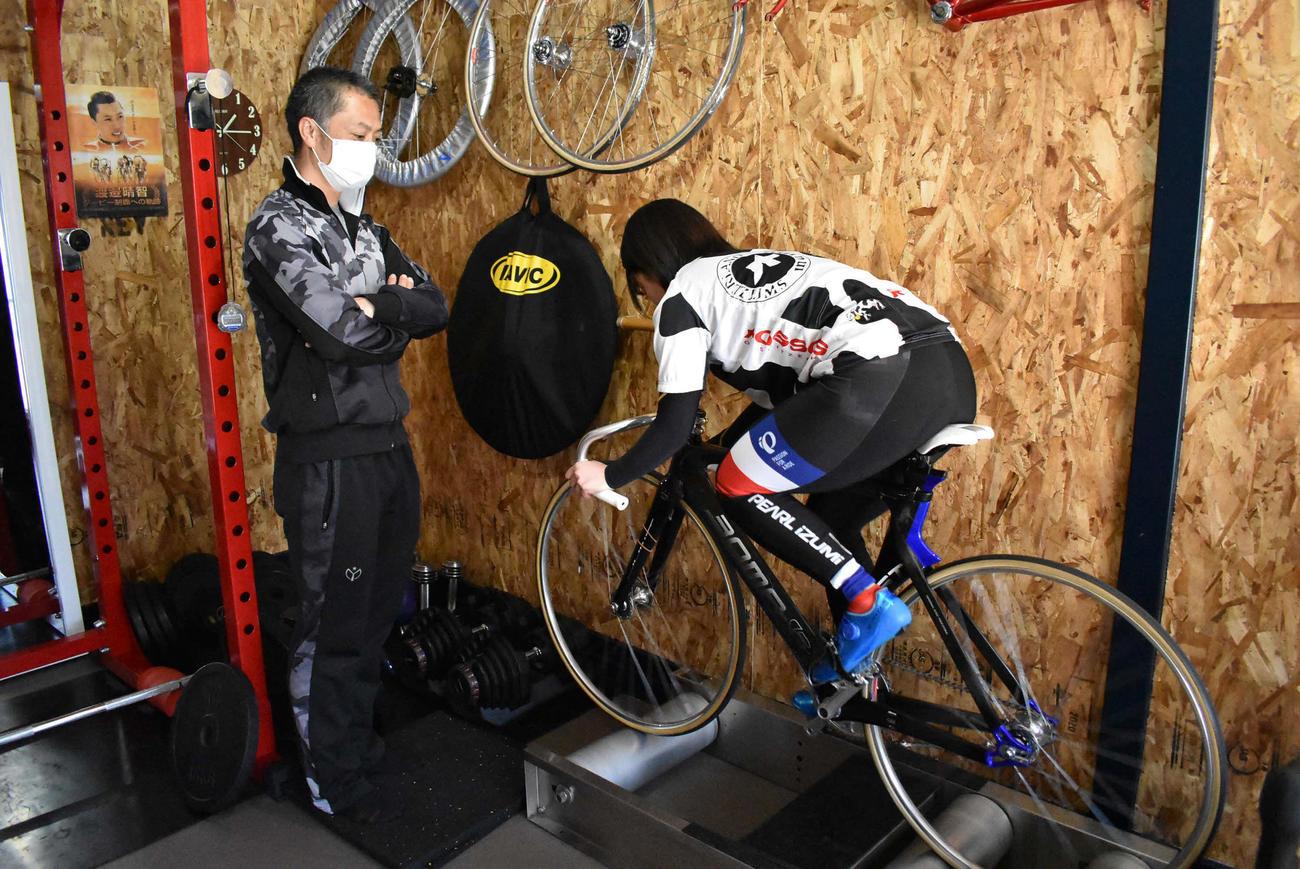 自宅ガレージを改装した練習小屋で娘を指導する渡辺晴智