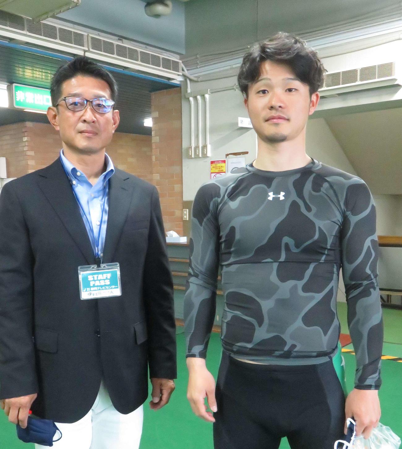 道場晃規(右)が師匠で解説者に転身した金川光浩氏とツーショット(撮影・野島成浩)