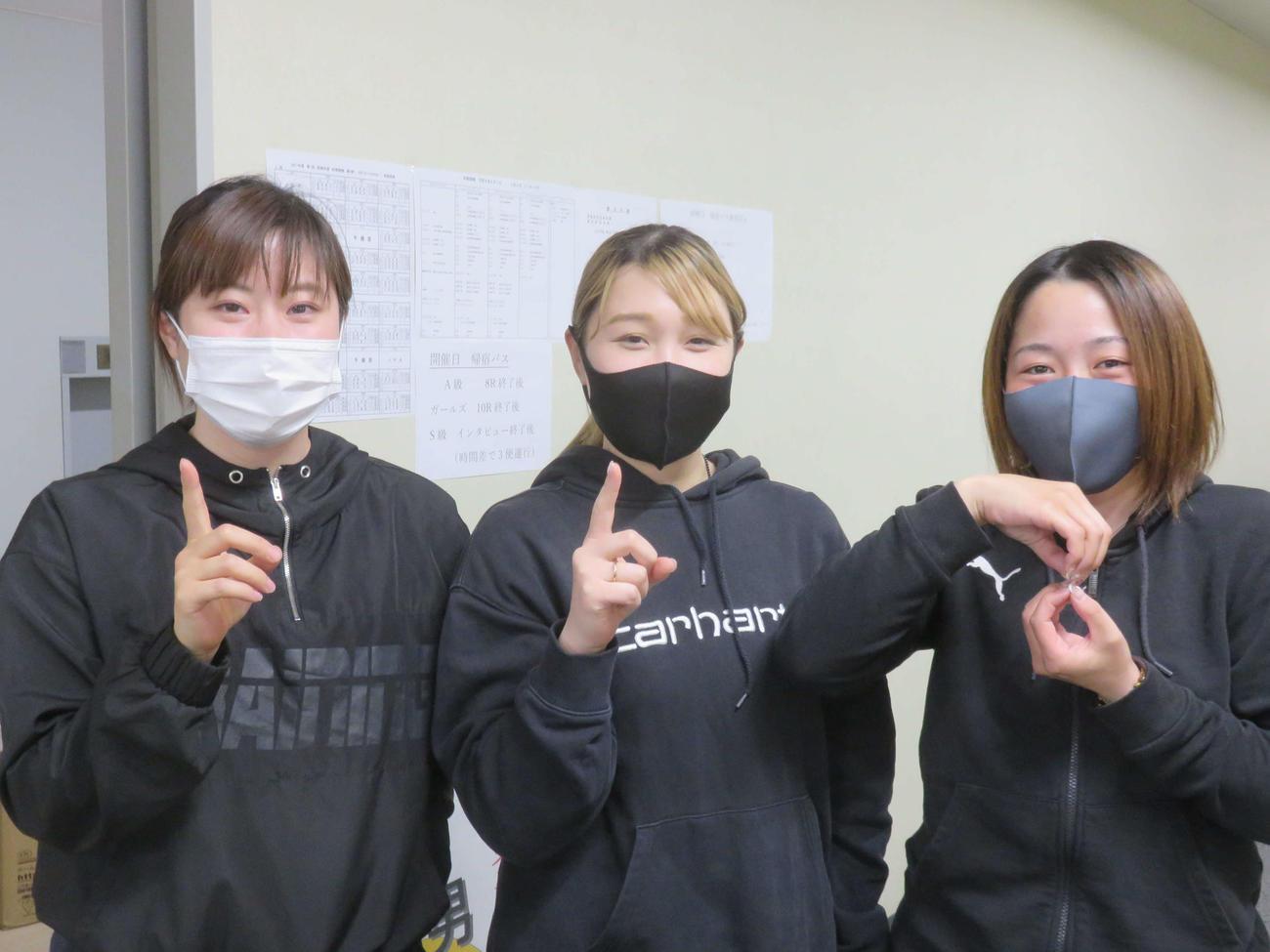 118期ポーズを決める(左から)青木美保、杉浦菜留、増田夕華