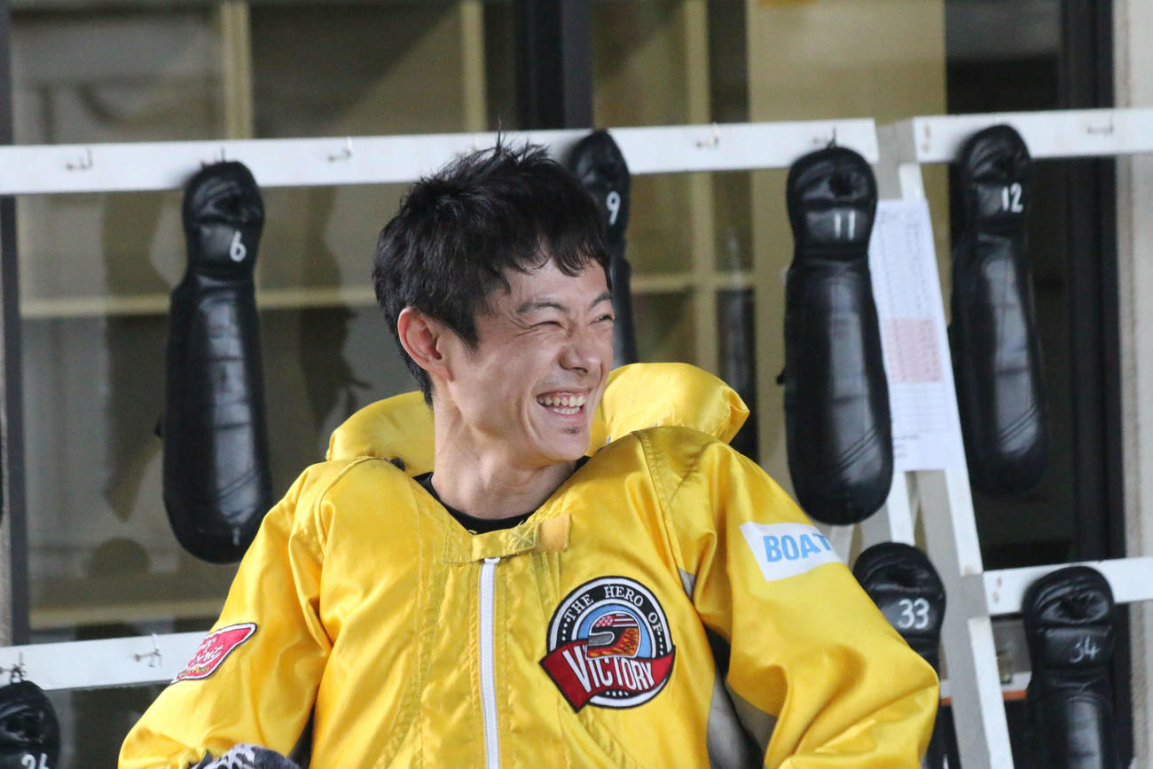 5コースから豪快にまくった君島秀三は予選通過も決め、満面の笑みだった