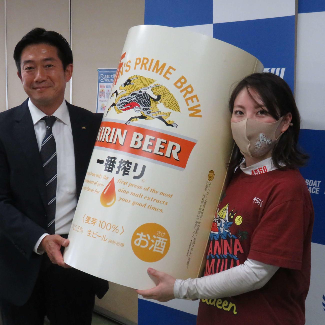 主催者より副賞のレプリカを贈られる竹井奈美
