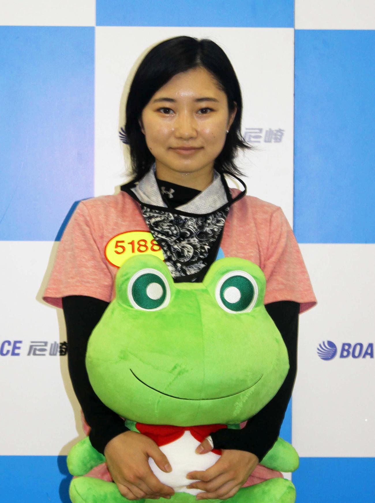 武井莉里佳がデビューを果たした。レース後のセレモニーで伊丹市より記念品のセンプル君人形が贈られた(撮影・北條直治)