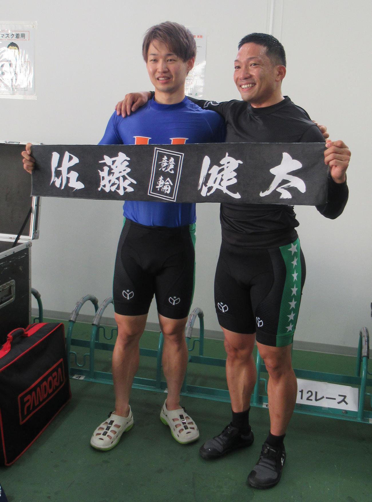 チャレンジ決勝を制した佐藤健太(右)は、2着の上野恭哉と喜びを分かち合う(撮影・岡田晋)