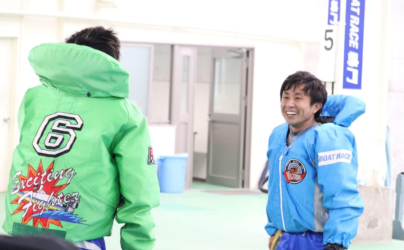 菅章哉(右)が打倒・峰竜太(左)を果たして喜びを爆発させた