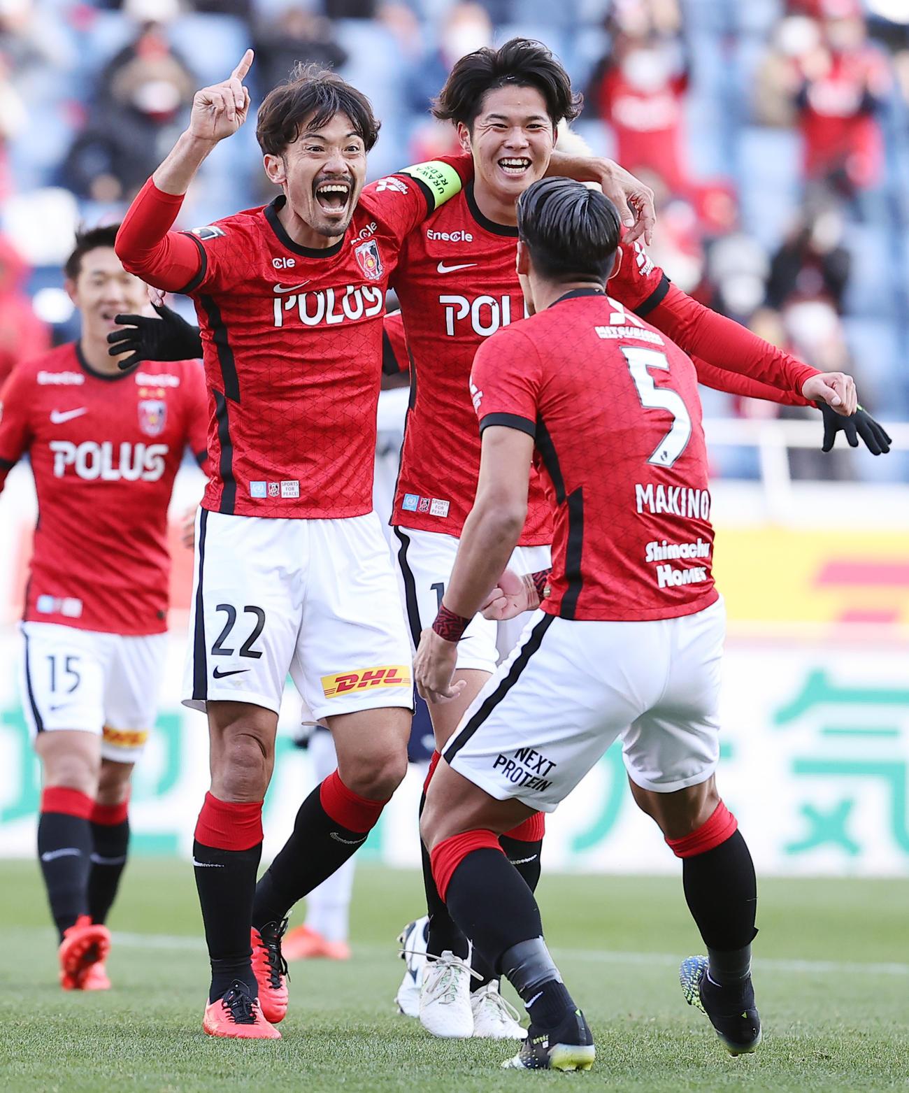 東京戦後半、先制ゴールを決め雄たけびを上げて喜ぶ浦和MF阿部(左)(2021年2月27日撮影)
