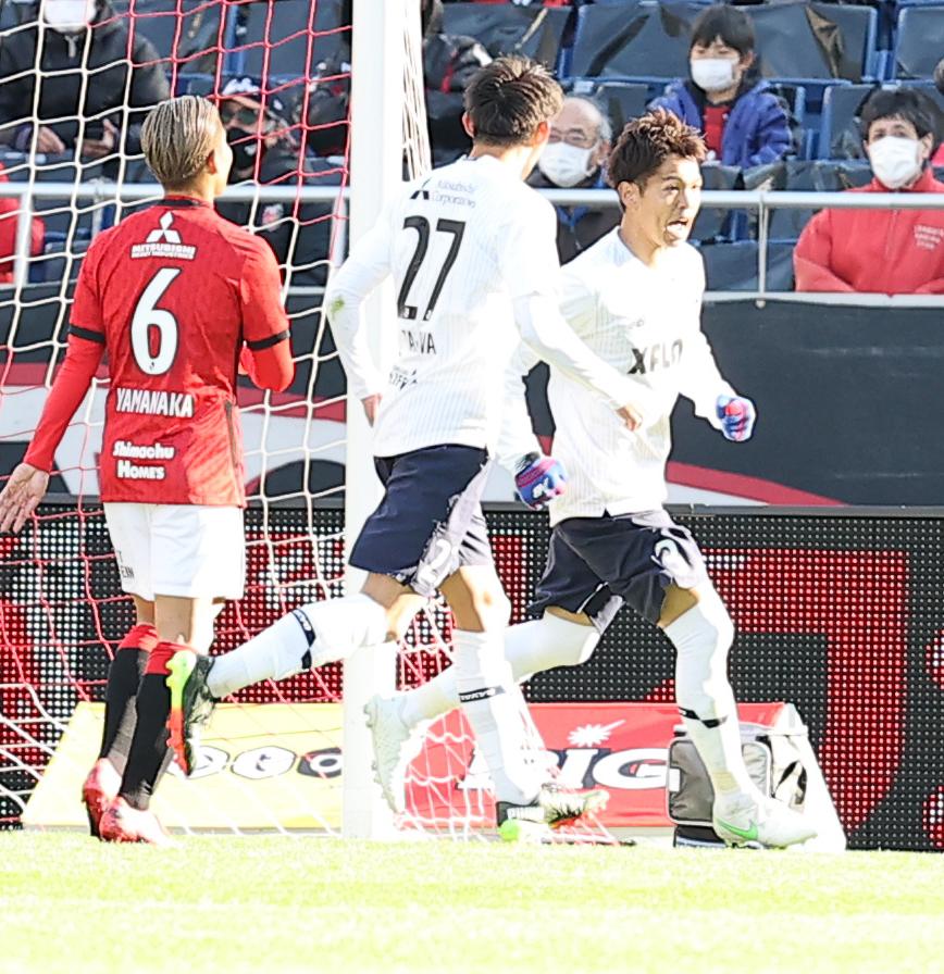 浦和戦後半、同点ゴールを決め喜ぶ東京DF森重(右)(2021年2月27日撮影)