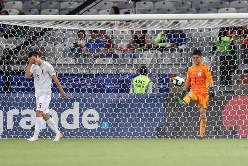 日本対エクアドル 前半、メナに同点ゴールを許し、ボールを蹴り返すGK川島。左は顔を手で覆い悔しがる植田(撮影・PIKO)
