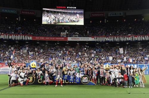 MF喜田がシャーレを掲げ、15年ぶりの優勝をサポーターと一緒に喜ぶ横浜イレブン(撮影・横山健太)