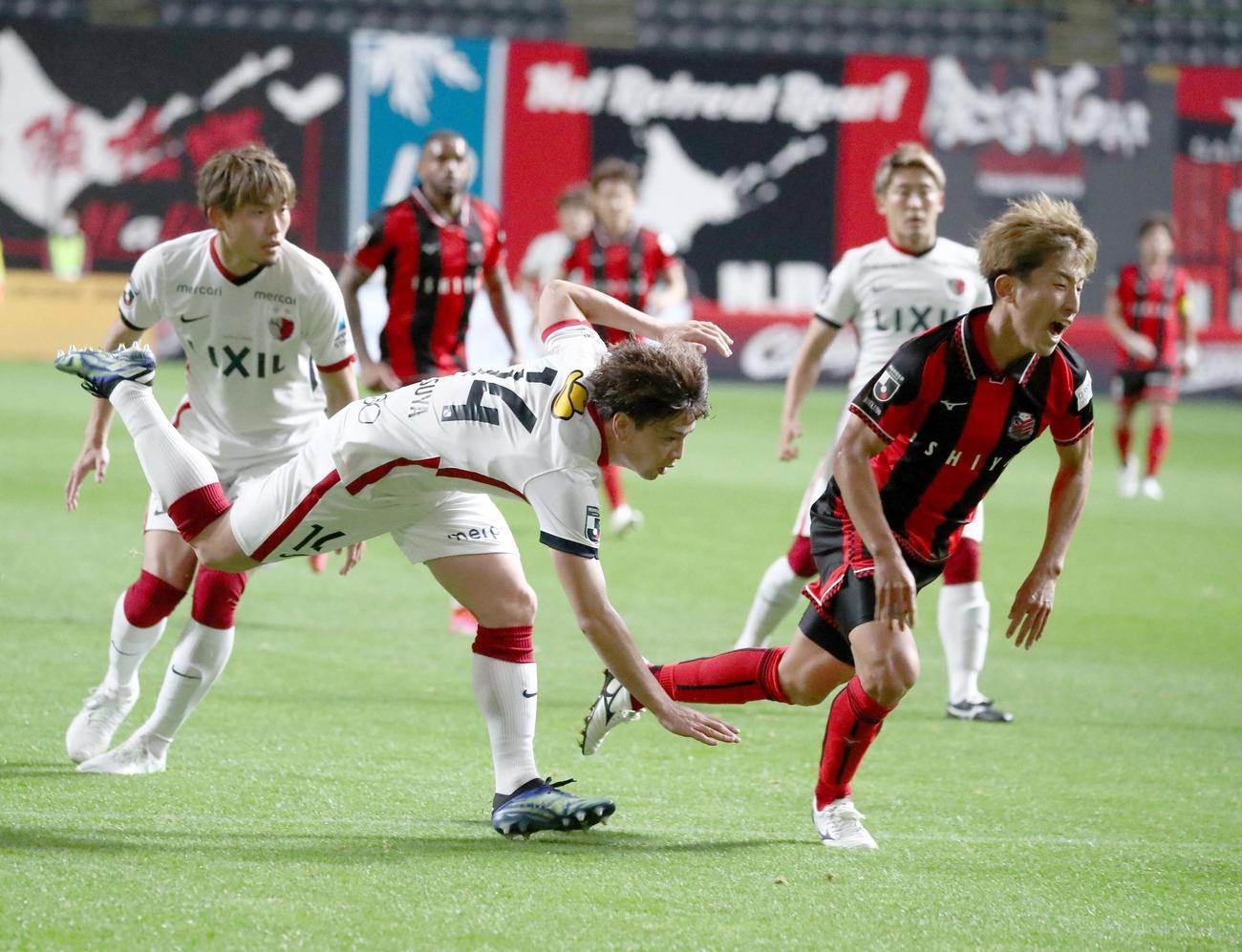 11日の札幌戦で鹿島は札幌MF金子(右)を倒しPKを与える