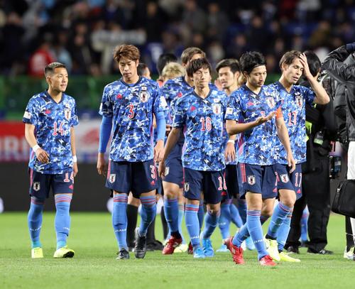日本対ベネズエラ ベネズエラに完敗し、厳しい表情の柴崎(右から2人目)らイレブン(撮影・前田充)