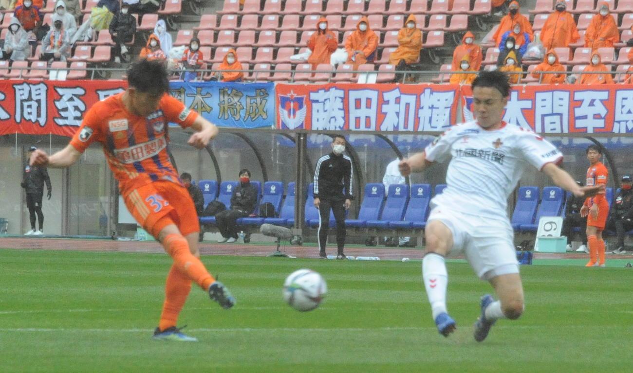 17日の金沢戦で決勝ゴールを挙げた矢村(左)