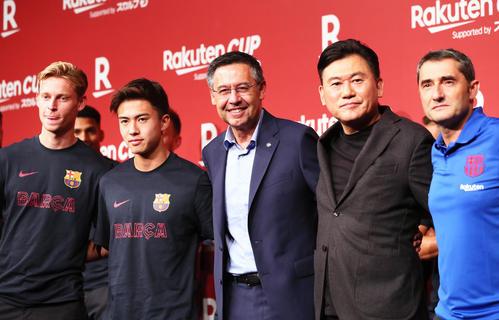 バルセロナ安部(中央左)と楽天の三木谷会長兼社長(右から2人目)