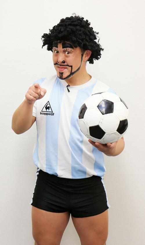 ボールを手にポーズを決めるディエゴ・加藤・マラドーナ