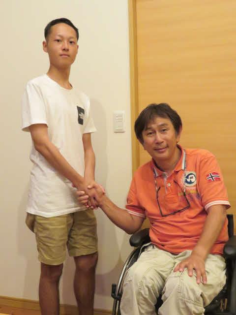 羽中田昌さん(右)と握手する柴田さん